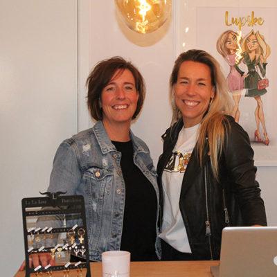 Chantal en Cindy starten een kledingwinkel